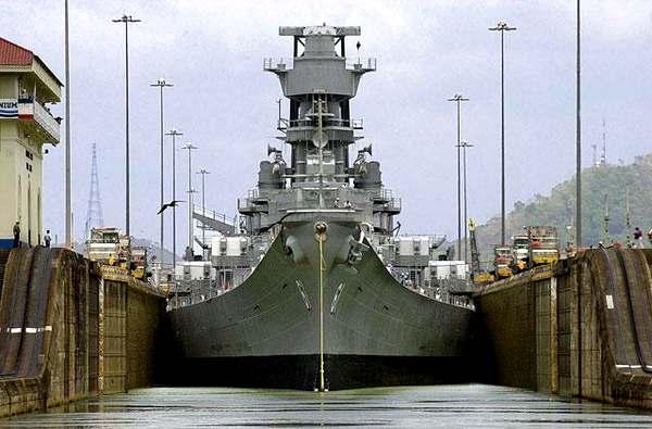 Американский корабль подходит к одному из шлюзов Панамского канала.