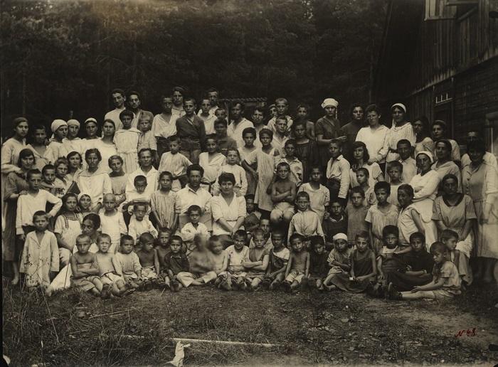 Дети и педагогический коллектив, Подмосковье 1922 год.
