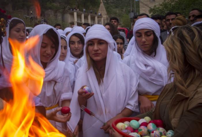 На Новый Год езиды красят яйца. Фото waarmedia.com